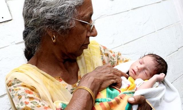 """Забеременеть """"бабуле"""" удалось лишь после третьей процедуры ЭКО. При рождении вес ребенка составил два килограмма."""