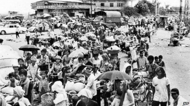 """Сразу же после захвата Пномпеня новые власти начали принудительно переселять почти два миллиона жителей столицы в расположенные в сельской местности особые лагеря для """"трудового воспитания""""."""