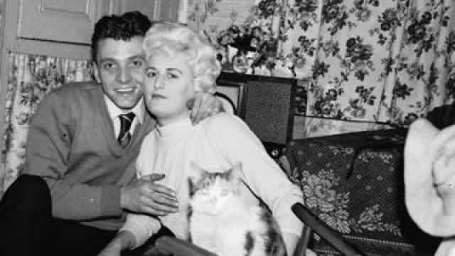 """Майра Хиндли и Ян Бреди Начали встречаться в 1960-х. Читали книги о Гитлере и нацистах и были экстремистами. В июле 1963 года Брэди заговорил об """"идеальном убийстве"""". 12 июля 1963 года они похитили 16-летнюю Паулину Рид - подругу младшей сестры Хиндли."""