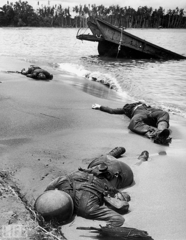 Три американца (Three Americans, George Strock, 1943). Первый снимок с мертвыми американскими солдатами на поле боя в ходе Второй мировой.