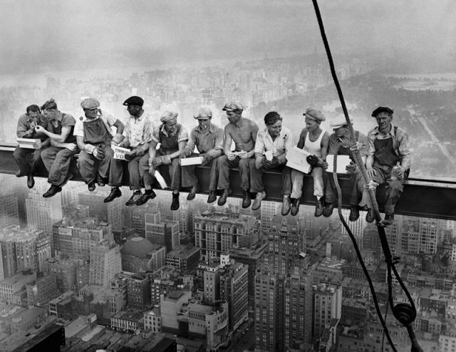 29 сентября 1932 года. Строительство Рокфеллер центра в Нью-Йорке. У рабочих перерыв на обед на высоте 250 метров.