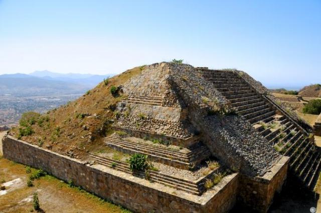 """""""Мексиканская Троя"""" оказалась городом, в котором жили люди удивительно высокой культуры. Они строили великолепные храмы, они умели обрабатывать горный хрусталь и изготавливать золотые вещи и другие драгоценности необыкновенной красоты."""