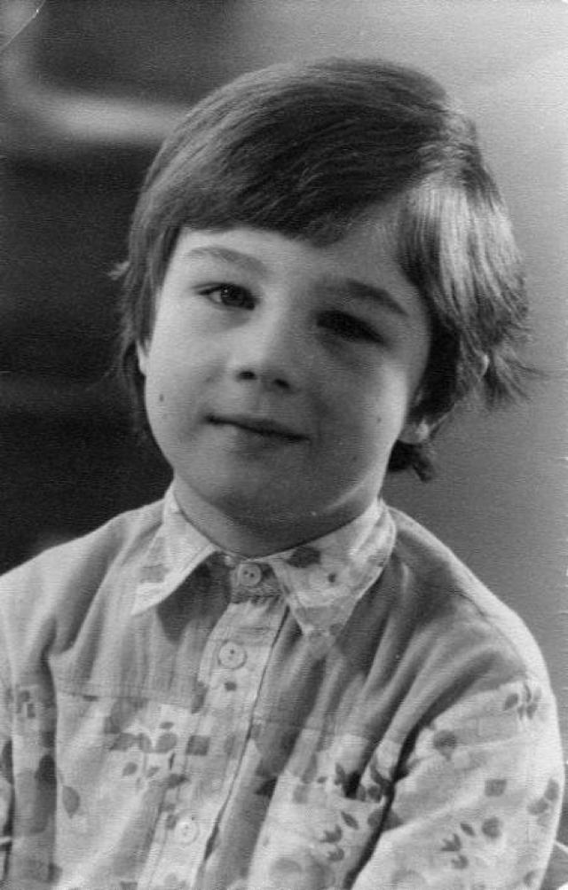 """В детстве мальчик любил быть один и """"отлично сам собой обходился"""", а также хотел стать водителем мусоровоза и ездить на оранжевой машине."""