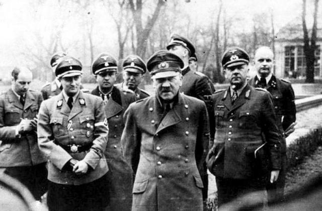 26 апреля. Советские войска заняли три четверти Берлина. Не теряющий надежды Гитлер находится в двухэтажном бункере на глубине 8 метров под двором имперской канцелярии.
