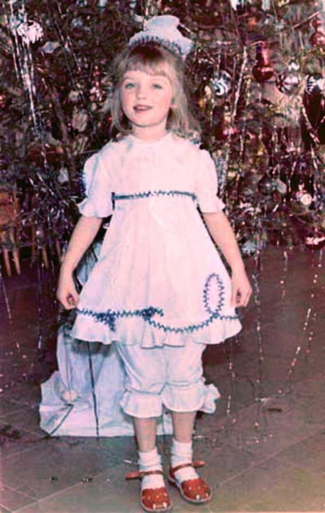 Влада Рослякова. Девушка появилась на свет в 1987 году в Омске.Стать моделью обладательницу кукольного личика убедила подруга. Влада отправилась в Токио покорять подиумы и бегать по кастингам.