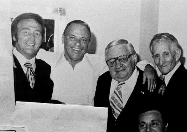 В 1947 году Синатру видели на Кубе вместе с братьями Джо и Рокко Фишетти — родственниками и членами банды знаменитого Аль Капоне.