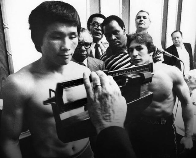 Ким Дук Ку (боксер, 23 года). Кореец-легковес вышел на профессиональный уровень в конце 1970-х годов после многочисленных побед среди любителей. Боксеру удалось также одержать несколько побед и среди профессионалов.