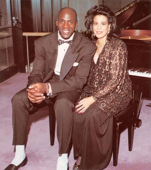 Майкл и Хуанита Джордан. Союз легендарного баскетболиста и его жены длился 17 лет. Правда, еще в 2002 году пара уже задумывалась о том, чтобы разойтись, но в итоге решила повременить. Развод оформили в 2006 году.