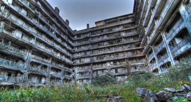 Остров Хасима, Япония. Бывшее поселение шахтеров было основано в 1887 году, но когда уголь стало добывать нерентабельно, шахту закрыли. Остров стал городом-призраком в 1974 году.
