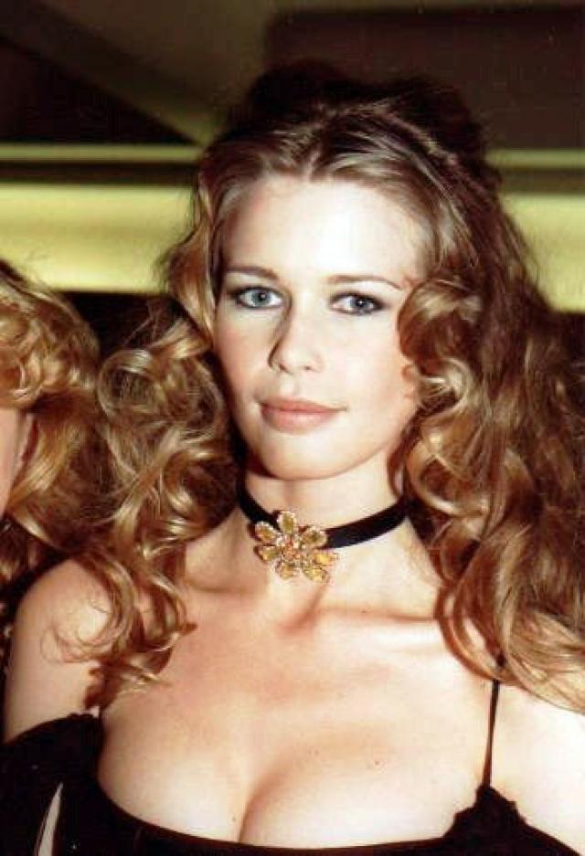 """Вскоре один испанский фотограф предложил Клаудии фотосессию для журнала """"Cosmopolitan"""". В итоге в конце 1989 года Шиффер попала на страницы глянцевого журнала."""