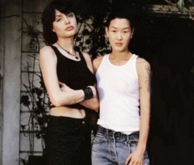 Анджелина Джоли. Красавица-актриса также является бисексуалкой. Ее однополые чувства стали широко известны, когда ее бывшая партнерша Дженни Шимицу рассказала всем, какая удивительная любовь была у нее с Энджи.