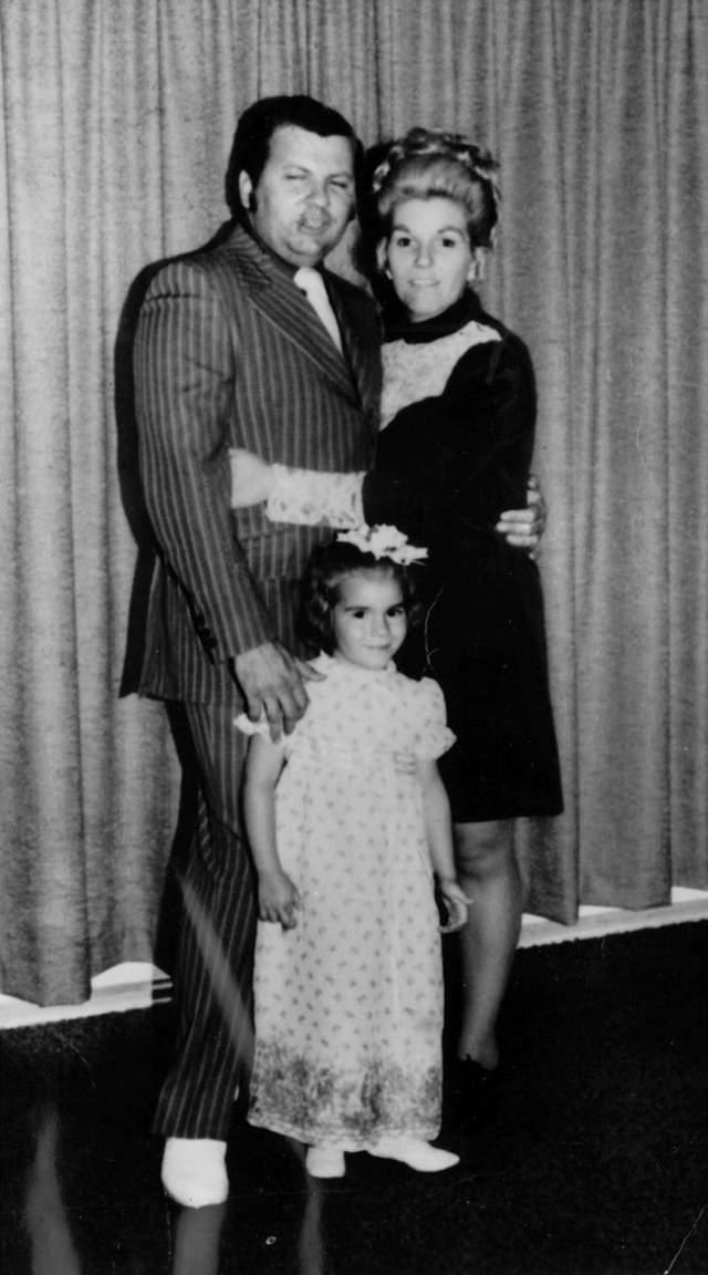 В 1975-м году Гейси заявил жене, что он бисексуален, и больше не хочет заниматься сексом с женой. На будущий год Кэрол подала на развод, будучи не в силах справиться с непредсказуемыми перепадами настроения своего мужа и его одержимостью гомосексуальными желаниями.