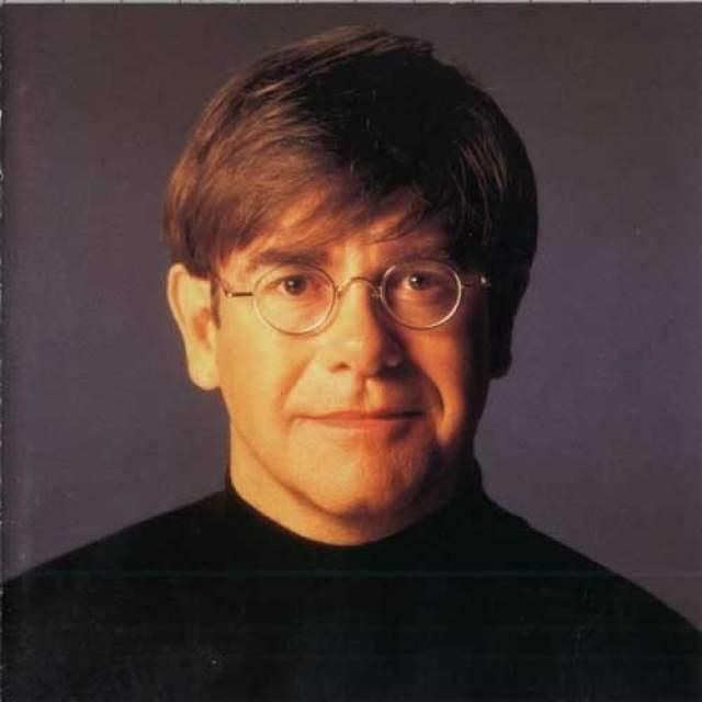 72-летний певец считается обладателем титула самого коммерчески-успешного певца 70-х годов. По словам самого Джона, он начинал творческую карьеру как пианист, который поет, а со временем превратился в певца, играющего на рояле.