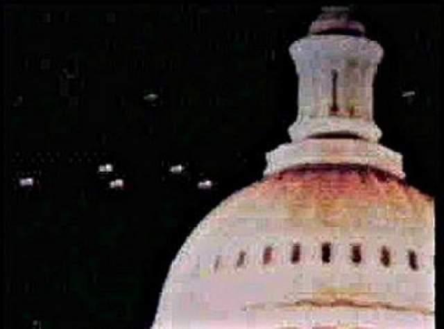 Здание Капитолия, Вашингтон, 1952 год. Речь идет, вероятно, о самом знаменитом снимке НЛО, сделанном на заре урологии в столице США. По свидетельству ряда очевидцев, 19 июля 1952 года таинственные НЛО кружились над Белым Домом, зданием Капитолия и Пентагоном. Обьекты появились также на радарах национального аэропорта и базы ВВС Эндрюс и затем бесследно исчезли.