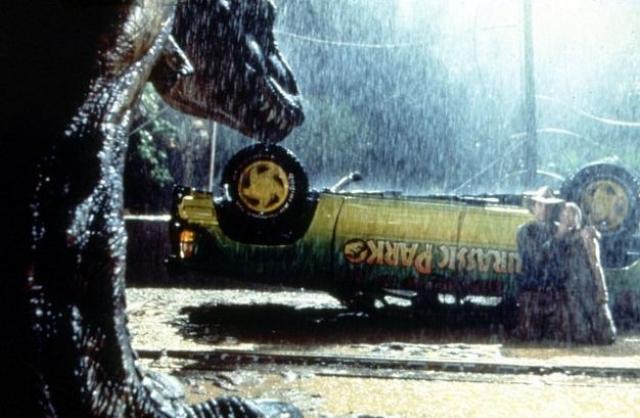 В Industrial Light & Magic проработали такие детали, как пыль, ветви деревьев и брызги, а так как половина фильма проходит под дождем и ночью, то основным элементом для создания спецэффектов стал свет, под которым должны были стоять в итоге динозавры.