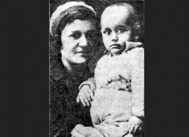 В 1935 году во время каникул в квартире родственников мачехи Яков познакомился с Ольгой Павловной Голышевой (на фото). Официально брак не был оформлен, но 10 января 1936 года у них родился сын Евгений. За месяц до этого Яков женился на балерине Юлии (Юдифи) Исааковне Мельцер, которая родила ему дочь.