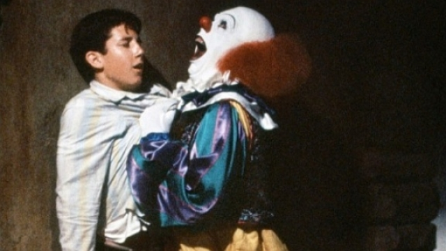 """""""Оно"""" . Ужасный белолицый и красноносый клоун вселяет страх одним своим видом. Тим Карри, с большим мастерством сыгравший роль Пенниуайза, по ходу фильма появляется в самых неожиданных местах, заставляя зрителя вздрагивать в предчувствии неминуемой беды."""