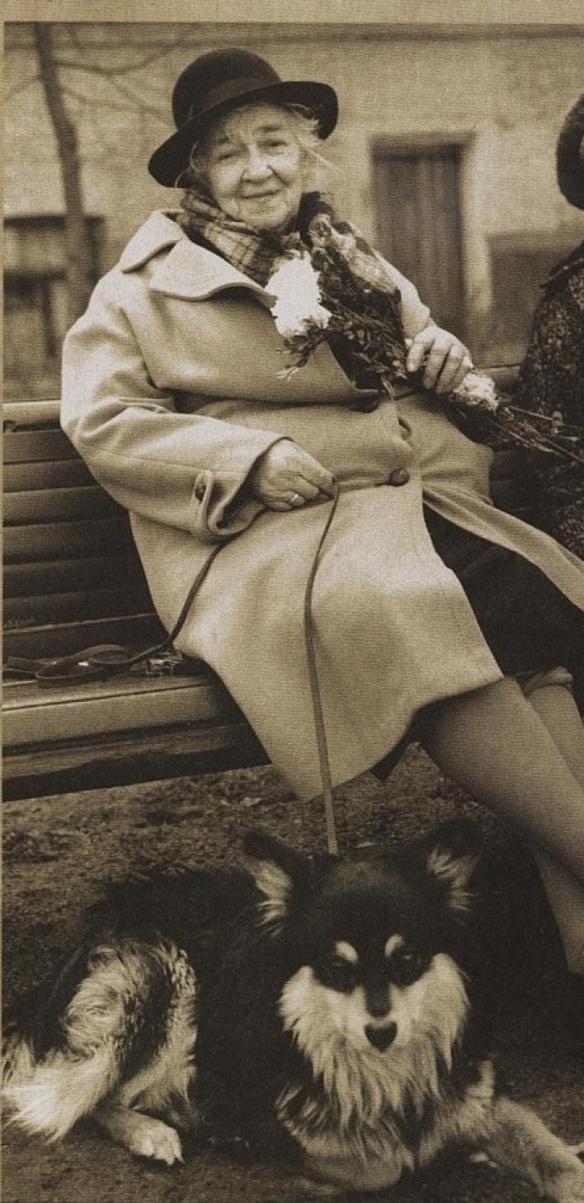 В старости ее одиночество скрашивал лишь пёс Мальчик, которого она подобрала на улице.