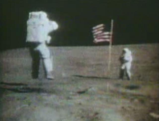 Один из аргументов сторонников теории заговора - не слишком большая высота прыжков астронавтов. По их мнению, если бы съемки были сделаны на Луне, то на них были бы запечатлены прыжки до нескольких метров в высоту, ввиду того что сила тяготения на Луне в 6 раз ниже, чем на Земле.