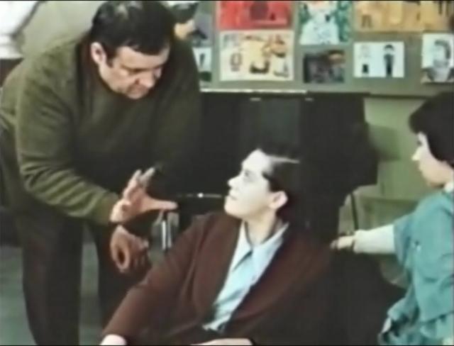 """Как рассказывает Алиса Фрейндлих, они с Рязановым """"облазили все костюмерные, выбирая самые гунявые платья, туфли и плащи"""" , чтобы создать образ настоящей советской замученной жизнью женщины. Рязанов долго не мог подобрать подходящие очки в толстой оправе, и его выручил оператор фильма Владимир Нахабцев – на главной героине красуются старые очки его отца."""
