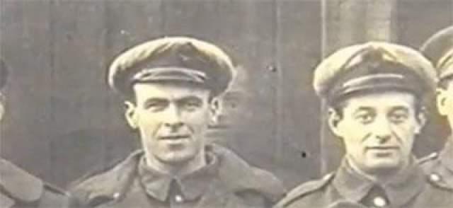 Солдаты с изумлением узнают в нем своего механика Фредди Джексона, погибшего за пару дней до фото. В день семки как раз проходили похороны механика.