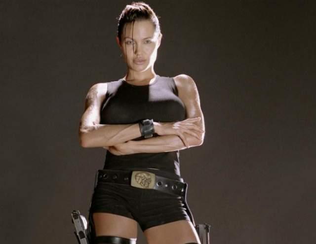 """Анджелина Джоли Передсъемками в фильме """"ЛараКрофт: Расхитительница гробниц"""" Анджелина Джоли несколько месяцев качала мышцы, практически не выходя из спортзала."""