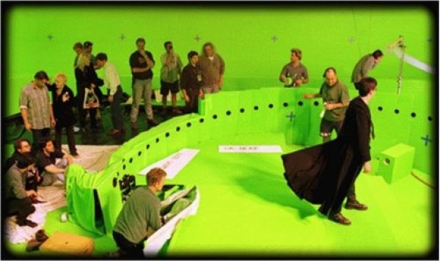 """В итоге вокруг главного героя установили около 100 камер, каждая из которых делала снимок или одновременно с остальными (в итоге, объект как бы """"застывал""""), или с едва заметным отставанием он предыдущей (объект медленно двигался). В итоге получался набор кадров, которые, после монтирования давали эффект вращения камеры."""