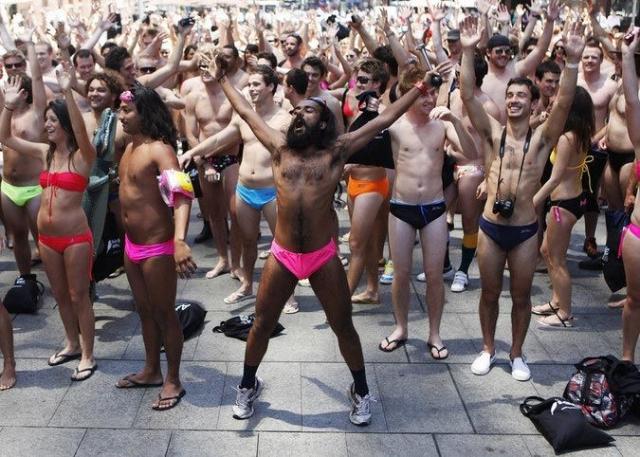 Самый большой в мире парад в купальных костюмах прошёл 12 ноября 2009 года, когда огромное количество людей устроили шествие в столице Австралии, чтобы побить мировой рекорд.