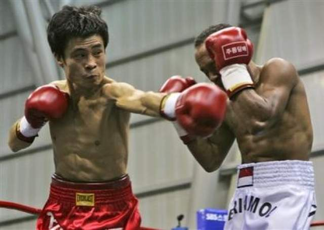 Йо Сам Чой, Южная Корея, скончался 2 января 2008 года в возрасте 35 лет Корейский боксер провел свой последний в жизни бой 25 декабря 2007 года. После череды поражений в первой половине 2000-х начиная с 2005 года Чой одержал победы в пяти поединках подряд и намеревался участвовать в бое за звание чемпиона мира. На пути к мировому тайтл-шоу южнокорейца стоял индонезиец Хери Амол.