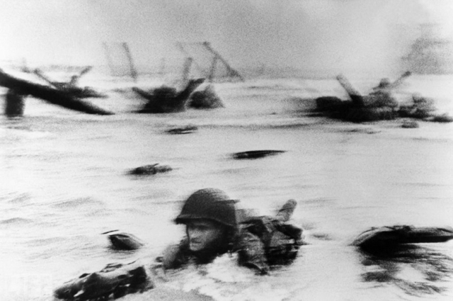 """Самый длинный день (The Longest Day, Robert Capa, 1944). Момент высадки американской армии на Омаха-бич в Нормандии 6 июня 1944 года, момент также показан в начале фильма """"Спасти рядового Райана"""" Стивена Спилберга."""