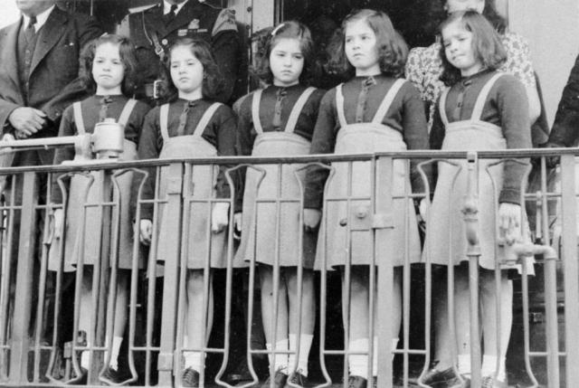 Когда пятерняшкам исполнилось девять, канадские власти выстроили в Калландере большой дом с целью поселить там всё семейство Дион. Однако это была не совсем удачная затея, так как сестры были не приспособлены к подобной жизни. После стольких лет разлуки построить нормальные семейные отношения оказалось невозможным.