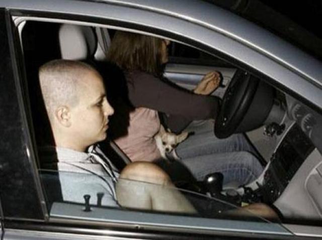 Бритни Спирс. В 2007 году у поп-принцессы случился сильнейший нервный срыв, ее все равно не оставляли в покое фотографы.