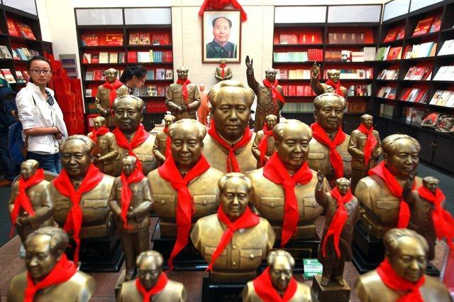 """Мао и его идеи до сих пор популярны в Китае. """"Великий Кормчий"""" - стал там коммерческим брендом: ежегодно в КНР продаются десятки миллионов сувениров с его лицом."""