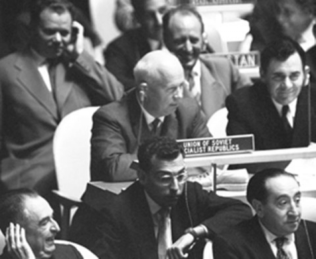 Будучи в объективах всех камер он не стал поднимать обувь, а пошел дальше. Потом ему поднесли сандалию и оставили рядом. Позже, когда Хрущев хотел возразить филиппинскому лидеру, его никто не слышал.