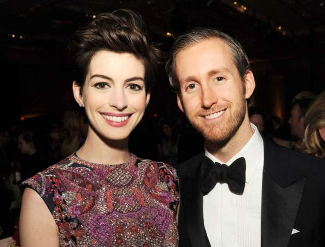 """Энн Хэтэуэй . Обладательница """"Оскара"""" вышла замуж за дизайнера ювелирных изделий Адама Шульмана, с которым познакомилась в компании общих друзей."""