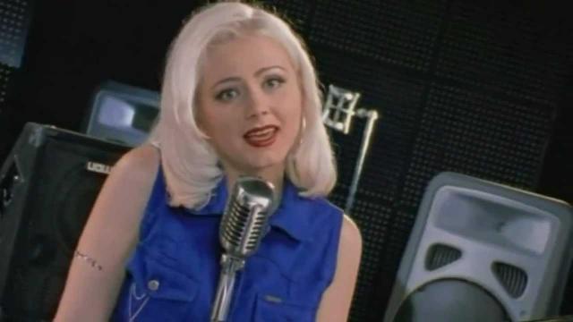 """Натали. В 1997 году певица выпустила песню """"Ветер с моря дул"""", которая вмиг стала хитом и звучала чуть ли не из утюга."""