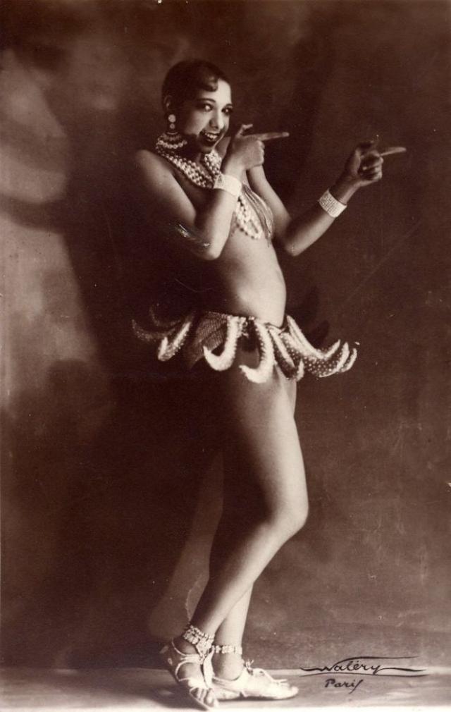 Она танцевала и пела топлесс, босиком, а из одежды на ней была только знаменитая банановая юбочка.