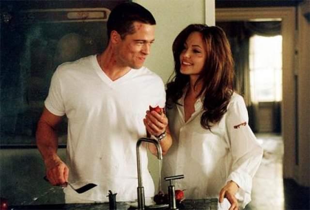 """Роковая красотка разрушила семью Дженнифер Энистон и Брэда Питта. Познакомились Джоли и Питт во время съемок фильма """"Мистер и миссис Смит"""" и практически сразу же закрутили роман."""