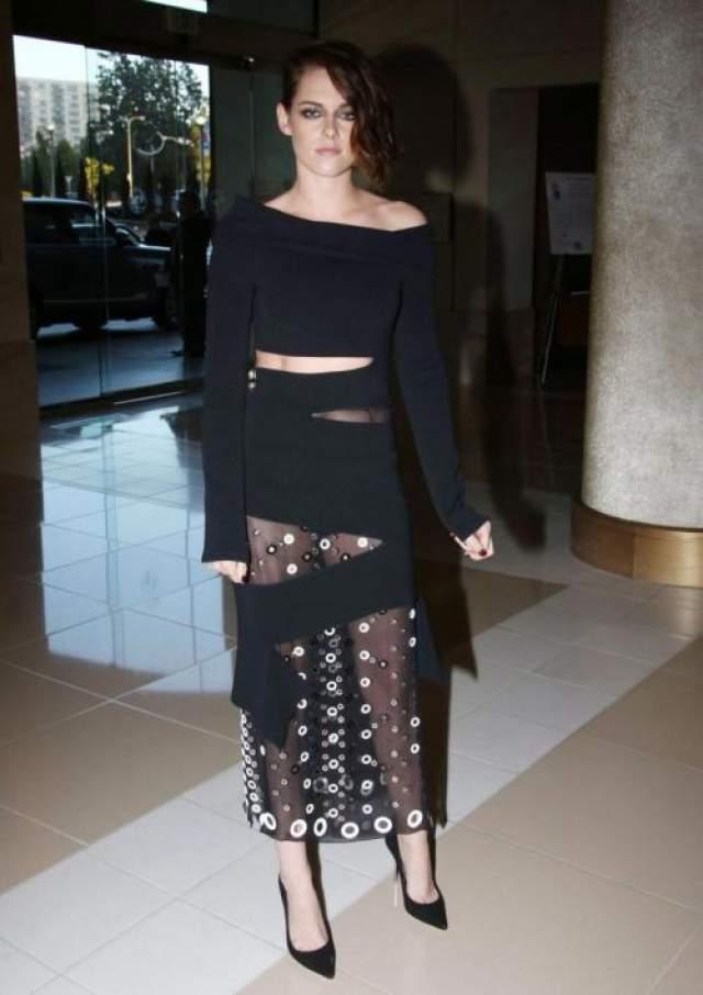 Актриса Кристен Стюарт (29) выбрала для выхода в свет наряд концептуальной марки Proenza Schouler.