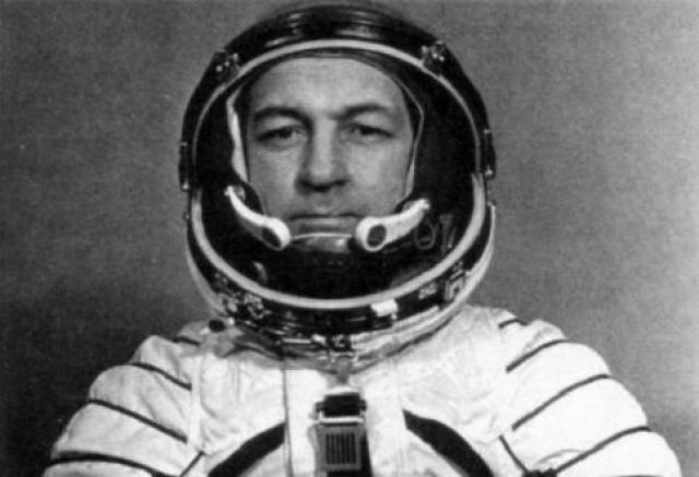 Подобное явление испытал на себе и космонавт Виталий Севастьянов , который рассказал, что при пролете над Сочи он смог рассмотреть собственный двухэтажный дом, чем вызвал споры среди специалистов-оптиков.
