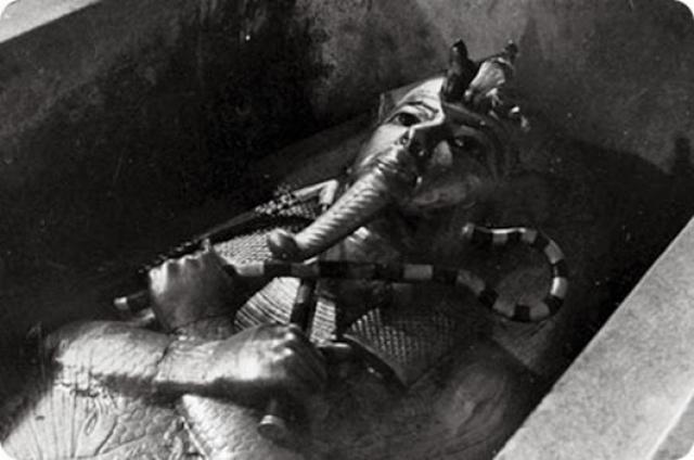 Интересно, что статуи египетского правителя, найденные в первой комнате, как и золотые маски, обнаруженные на мумии и лицах на трех гробах, оказались точными копиями молодого правителя. Это дало возможность установить, что некоторые статуи Тутанхамона были присвоены некоторыми фараонами, например, Хоремхеб стёр на скульптуре его имя и написал своё. На фото: самая первая фотография саркофага Тутанхамона