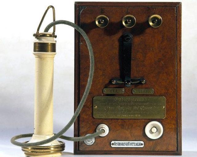 Телефон. Первое устройство, напоминающее телефон, изобрел Шарль Бурсель в 1854 году.