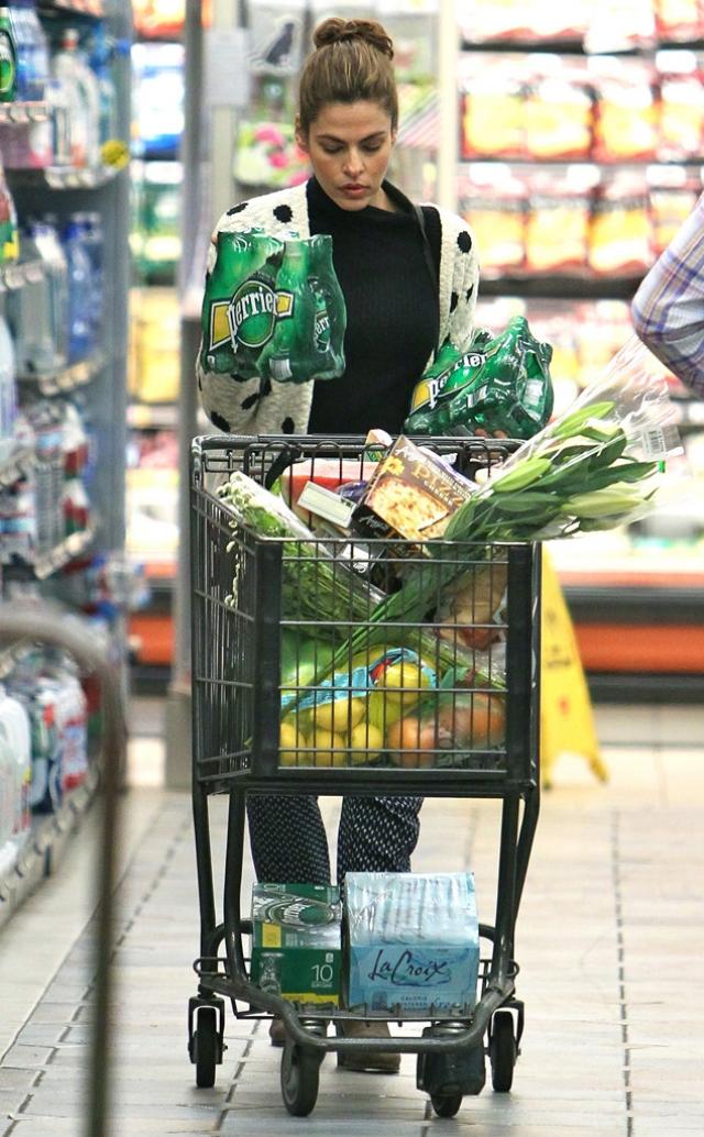Ева Мендес с продуктами