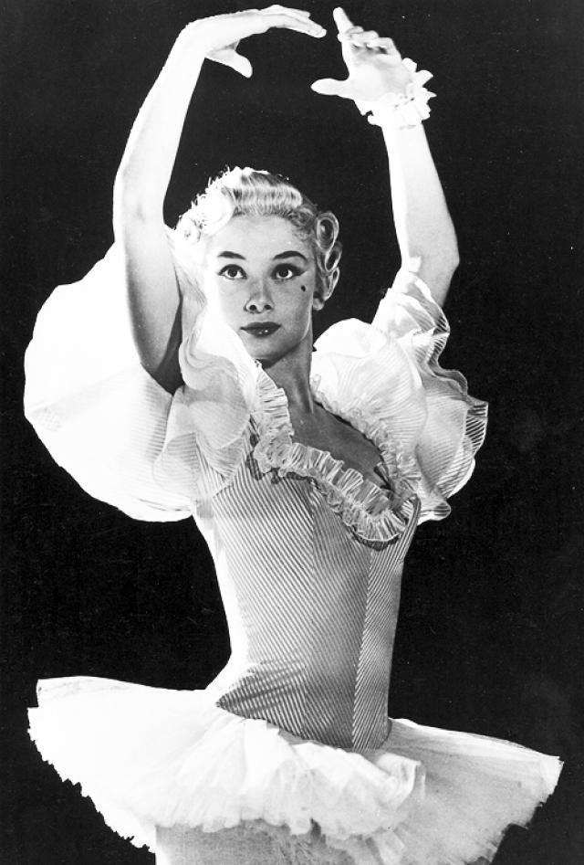 """Первая крупная роль актрисы в кино состоялась в 1951 году в фильме """"The Secret People"""", в котором она играла артистку балета. Одри завоевала одобрение критики благодаря своему таланту танцовщицы, продемонстрированном в фильме."""