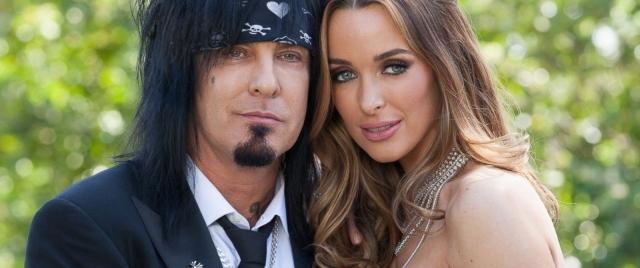 Кортни Бингхэм. Коллега Винса по группе, Никки Сикс, женился на модели после длительных отношений с Кейт Вон Ди.