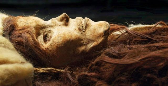 Одной из известных таримских мумий стала так называемая Лоуланьская красавица - молодая женщина ростом около 180 см с русыми волосами. По данным ученых женщина жила 3800 лет назад.