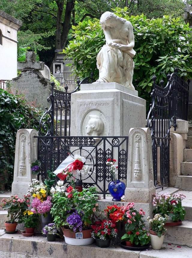 Могила Фредерика Шопена с нежным, как и его музыка, изваянием.