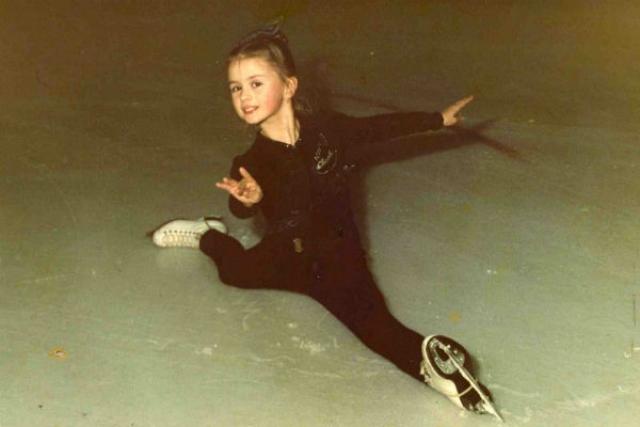 Анна Семенович. Фигурным катанием будущая поп-звезда занималась с трехлетнего возраста, а окончив школу, поступила в Московскую государственную академию физической культуры.