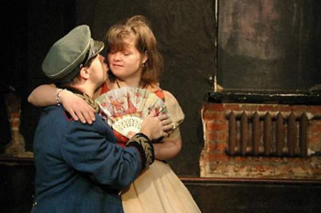 """Кроме работы в центре, она занята в постановках """"Театра Простодушных"""" и играет на флейте."""