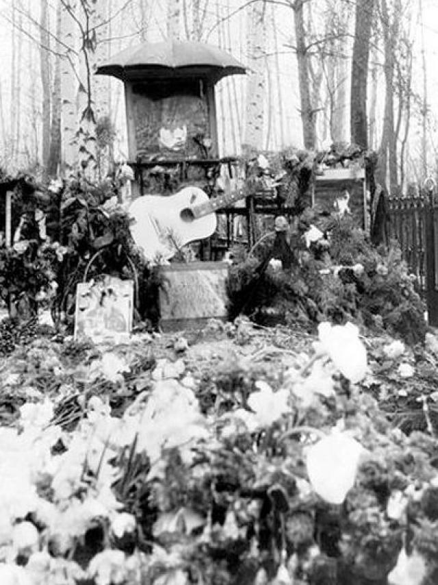 Похоронили Виктора Цоя на Богословском кладбище в Ленинграде 19 августа.